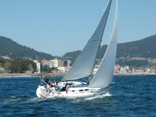 Yacht Elan 31 for rent in Vigo
